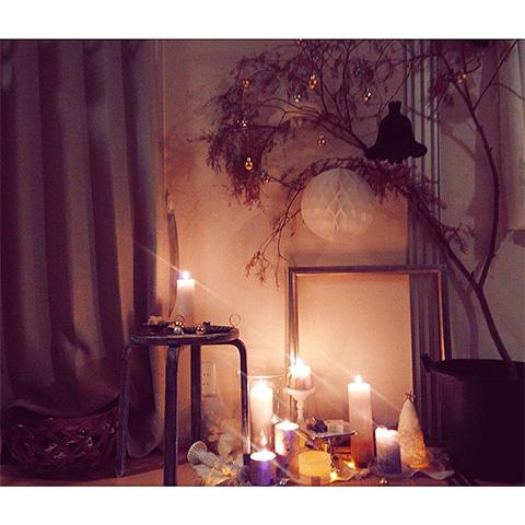 冬の夜、やさしいあかりに癒やされるキャンドルのある暮し